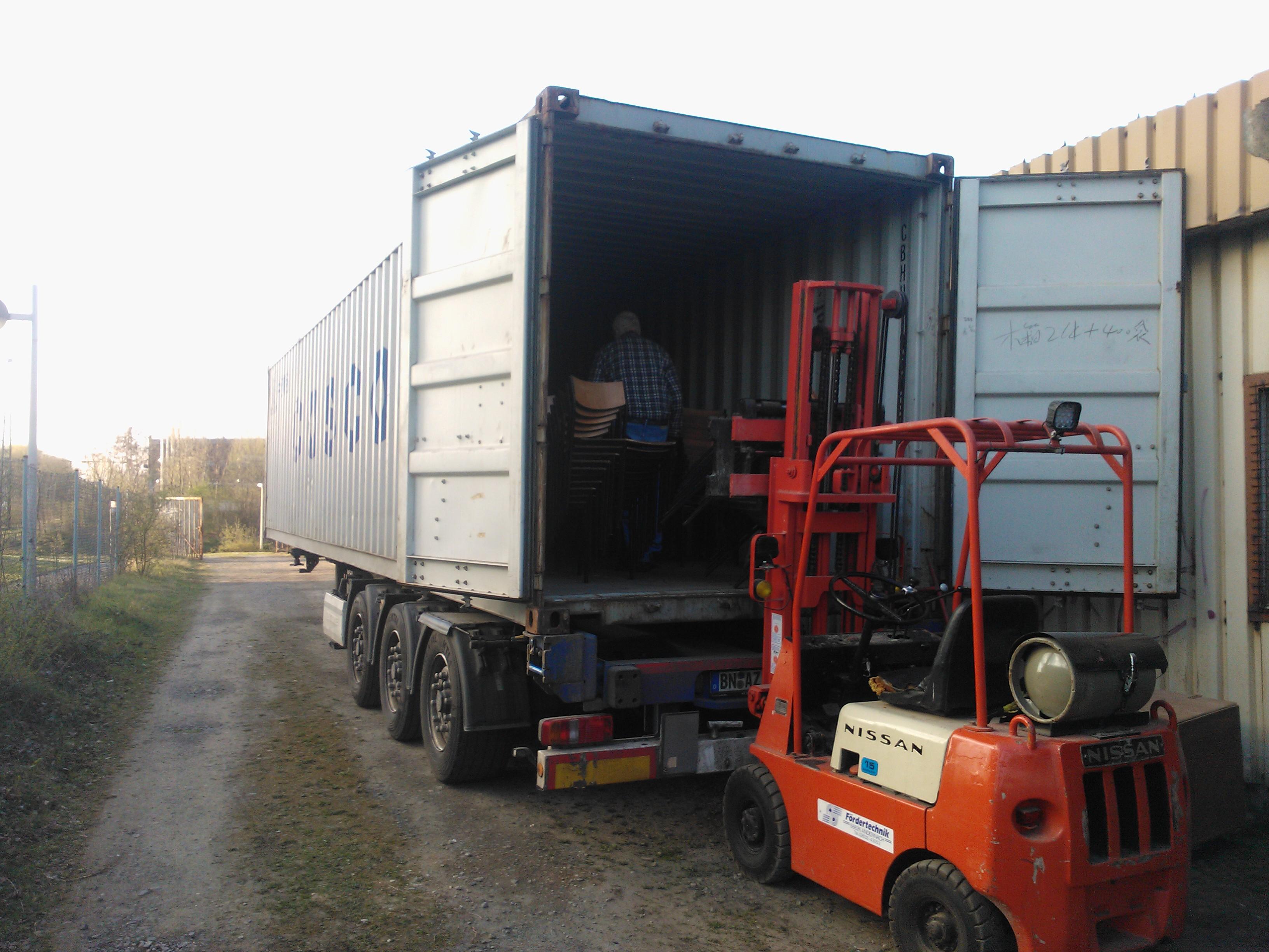Auszug aus der alten Wagenhalle und Unterbringung unserer Habseligkeiten in 2 Container zur Zwischenlagerung